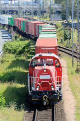 Güterzug / Containerzug mit Lokomotive in Fahrt durch Hamburg Waltershof.