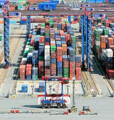 Containerlager mit Containern auf dem Hamburger Terminal Burchardkai - ein Portalhubwagen fährt mit einem Container zum Lagerplatz.