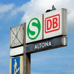 Schilder am Bahnhof Hamburg Altona - Hinweis für Fernzüge und S-Bahn.