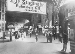Wandelhalle des Altonaer Bahnhofs früher - Passanten und Reisende, Schild Zur Stadtbahn, Bahnsteig, Fahrkarten / ca. 1935.