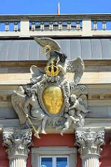 Stuckdekor / prunkvolle Wappenkartuschen am Potsdamer Stadtschloss - Sitz des Landesparlaments in Potsdam; brandenburgischer Adler, Krone.