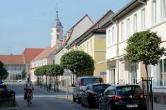 Restaurierte Wohnhäuser und Ladengeschäft in der Berliner Strasse von Zehdenick - im Hintergrund der Turm vom Zehdenicker Rathaus.