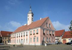 Historische Architektur in Zehdenick, Brandenburg - Zehdenicker Rathaus, erbaut 1803 - Baustil des Klassizismus.