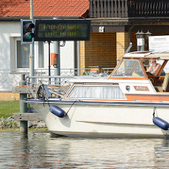 Halteplatz der Selbstbedienungsschleuse Zehdenick - die Anzeige steht auf Grün, Bitte Einfahren - Links anlegen.