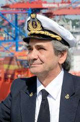 Kapitän der MSC Zoe, Domenico Pica im Hamburger Hafen - im Hintergrund Containerbrücken.