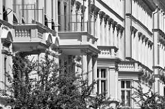 Gründerzeitfassaden, mehrstöckige Wohngebäude - Säulen, Balkons / Helene-Lange-Strasse in Potsdam.