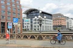 Historische Heiligengeistbrücke über das Alsterfleet in der Hamburger Neustadt - im Hintergrund Gebäude am Graskeller / Neuer Wall.