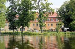 Blick über die Havel zum Havelschloss Zehdenick - jetzt Hotel ; das Gewölbe,  in dem sich z. Zt. ein Restaurant befindet wurde im 12. Jahrhundert erbaut.