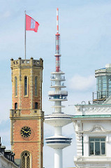 Uhrenturm der Alten Post - Fernsehturm, Heinrich-Hertz-Turm. Die Alte Post an der Poststrasse in der Hamburger Innenstadt / Stadtteil Neustadt wurde 1847 erbaut - Architekt Alexis de Chateauneuf.   Auf der Spitze vom Uhrturm befand sich ein optischer