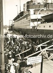 Auswandererschiff am Amerikakai im Hamburger Hafen - die Passagiere besteigen das Dampfschiff; an der Gangway ein Schild Zutritt nur den Passagieren gestattet.