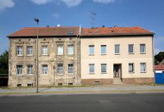Restaurierter Wohnblock - renovierungsbedürftiges Haus; alt + neu - Gegensätze / Architekturfotos aus Zehdenick, Brandenburg.
