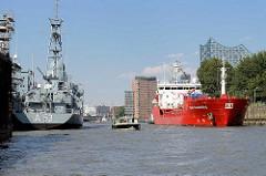 Mündung vom Reiherstieg in die Norderelbe -  Flottendienstboot A 53, Oker am Kai der Reiherstieg Werft. Das Tankschiff Stolt Sanderling läuft in den Hamburger Hafen ein und legt am Reiherstieg an.