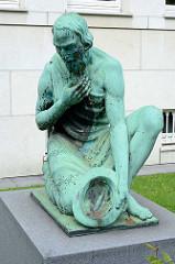 Bronzeskulptur bettelnder Alter Mann / Bettler mit Hut an der Max-Brauer-Allee - Gebäude Altonaer Spar- und Bauverein; Bildhauer O. G. Hermann Perl.