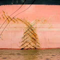 Bug des Massengutfrachters Frontier Havest im Hafen Hamburgs.