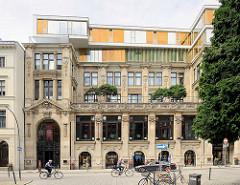 Historische Architektur in der Hamburger Neustadt - Grosse Bleichen; Geschäftshaus mit Wohnungen, aufgestockt mit moderner Etage.
