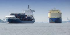 Frachtschiffe auf der Elbe in Fahrt Richtung Hamburger Hafen - ein Containerschiff / Feeder und RoRo Frachter in Fahrt.