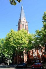 """Das neogotische Gebäude der Erlöserkirche wurde 1896 bis 1898 nach den Plänen der Architekten Gotthilf Ludwig Möckel, Ferdinand Krüger und Arthur Kickton in dem Potsdamer Stadtteil """"Brandenburger Vorstadt"""" errichtet."""