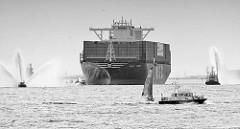 Das Containerschiff MSC ZOE läuft zum ersten Mal den Hamburger Hafen an - Löschboote auf der Elbe mit Wasserfontäne.