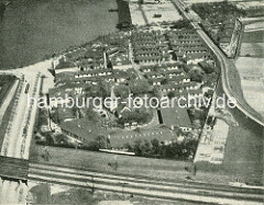 Luftaufnahme der Auswandererhallen auf Hamburg Veddel - lks. oben der Müggenburger Zollhafen.