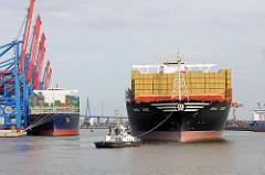 Der Containerfrachter MSC ZOE fährt rückwärts in den Waltershofer Hafen ein - lks. die Containerbrücken vom Containerterminal Burchardkai.