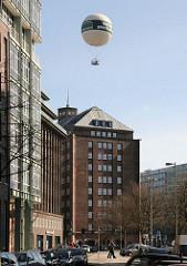 Blick aus der Strasse Hopfensack über den Klingberg und Meßberg zum Kontorhaus Meßberghof -  der Highflyer, der an Deichtorplatz seine Basis hat fliegt über dem Bürgebäude.