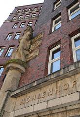 """Der Schriftzug des Hamburger Kontorhauses """"Mohlenhof"""" ist an der Fassade des Klinker - Gebäudes angebracht."""