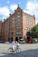 Speichergebäude in der Hamburger Speicherstadt - Restaurant mit Aussengastronomie im Erdgeschoss.
