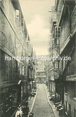 Historische Bilder aus dem Hamburger Gängeviertel - Blick in die Mathiasstrasse; hohe Wohnhäuser mit geöffneten Fenstern.
