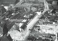 Luftaufnahmer der Steinstrasse in der Altstadt Hamburgs -  re. werden die Gebäude des Gängeviertels abgerissen - sie müssen Platz für das geplante Kontorhausviertel machen. Auf der linken Bildseite das Verwaltungsgebäude der Rudolph Karstadt AG