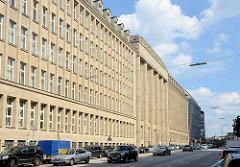 Ehem. Verwaltungsgebäude der Rudolph Karstadt AG - jetzt Finanzamt; erbaut 1924 - neoklassizistische Sandstein Fassade.