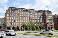 Blick über die Domstrasse / Speersort zum Hamburger Pressehaus. Das Gebäude ist Teil des Kontorhausviertels, das seit 2015 zum UNESCO-Weltkulturerbe gehört.