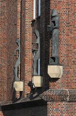 Bauplastik an der Fassade vom Messberghof. Die Skulpturen wurden 1996/97 von Lothar Fischer angefertigt.