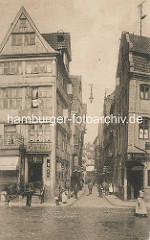 Historische Bilder aus dem Hamburger Gängeviertel - Blick in die Fischertwiete; Keipen und Geschäfte, Zugpferd im Geschirr.