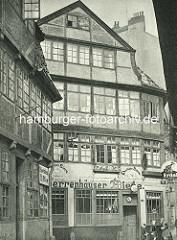 Alte Fotos aus dem Gängeviertel Hamburgs - Kneipe mit Herrenhäuser Biere, Qualitätsbier - Erdal Schuhcreme Werbung / Schild Holsten Bier