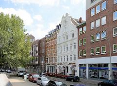 Die Strasse Schopenstehl in der Hamburger Altstadt - das barocke Gebäude im Bildzentrum hat eine der ältesten Fassaden Hamburgs aus dem Jahr 1780.