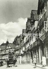 Historische Bilder aus dem Hamburger Gängeviertel -  Wohnhäuser in der Speckstrasse - Pferdefuhrwerk mit Kutscher, Fussgänger.