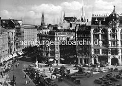 Historische Luftaufnahme vom Gänsemarkt in der Hamburger Neustadt -  Strassenbahnen stehen and der Haltstelle, Autos / Taxis parken beim Lessingdenkmal ( ca. 1939 )
