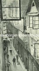 Alte Fotos aus dem Gängeviertel Hamburgs - Blick in den Kornträgergang von oben; Strassenkehrer mit Besen, Passanten mit Fahrrad.