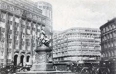 Blick auf das Lessingdenkmal am Hamburger Gänsemarkt - lks. das Gebäude der Hamburger Finanzbehörde, erbaut 1926 nach Plänen des Oberbaudirektors Fritz Schumacher. In der Bildmitte das Deutschlandhaus, erbaut 1929 nach Entwürfen der Architekten