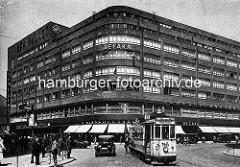 Deutschlandhaus am Hamburger Gänsemarkt, erbaut 1929 nach Entwürfen der Architekten Fritz Block und Ernst Hochfeld - Bürohaus mit Lichtspieltheater, Kaufhaus und Ladenpassage; Fassadenschild UFA Palast - Strassenbahn Linie 18 zum Rathausmarkt.