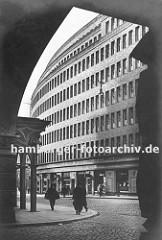 Blick aus der Durchfahrt der Fischerstwiete am Chilehaus über die Niedernstrasse zum Kontorhaus Mohlenhof ca.1930. Der Mohlenhof wurde nach den Entwürfen der Architekten Schoch, zu Putlitz und Klophaus 1928 fertig gestellt