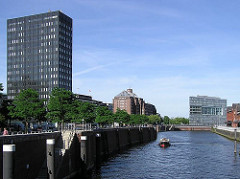 Blick über den Zollkanal auf die unterschiedliche Hamburger Architektur; lks. das ehem. IBM Hochhaus, das von 1963 - 1967 nach dem Entwurf des Architekten Werner Kallmorgen gebaut wurde. Dahinter ist das oberste Stockwerk des vom Architekten Frit