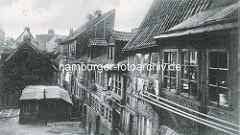 Historische Bilder aus dem Hamburger Gängeviertel - Hinterhof im Krayenkamp, schiefe Fachwerkhäuser, Wäsche hängt zum Trocknen vor den Fenstern.
