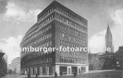 Das Kontorhaus Mohlenhof am Burchardplatz wurde nach den Entwürfen der Architekten Schoch, zu Putlitz und Klophaus 1928 fertig gestellt. Links die Niedernstrasse, dort im im Hintergrund das Miramarhaus am Schopenstehl, Ecke Kattrepel; rechts noch