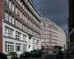 Links das Miramar-Haus im Schopenstehl. Dahinter der expressionistische Klinkerstil des Kontorhauses Montanhof in der Niedernstrasse.