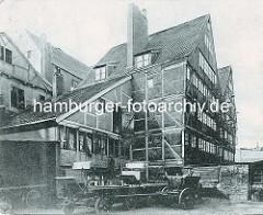 Historische Bilder aus dem Hamburger Gängeviertel - Hinterhof in der Neumannstrasse - leere Fuhrwerke, Wagen mit hohem Kutschbock sind abgestellt.