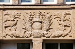 Figürliches Dekorelement in der Fassade des neoklassizistischen Verwaltungsgebäude in der Steinstrasse, Hamburg Altstadt - erbaut 1924.