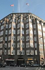 Eingangsbereich vom Klinker-Kontorhaus Montanhof. Das expressionistische Bürogebäude wurde von den Architekten Distel + Grubitz für das  im Hamburger Kontorhausviertel entworden.