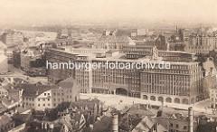 Blick auf das neugebaute Chilehaus in der Hamburger Altstadt - lks. oben der Oberhafenkanal und die Oberhafenbrücke - im Vordergrund alte Wohnhäuser / Abrissviertel, das den geplanten Kontorhäusern im Kontorhausviertel weichen wird.