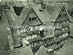 Alte Fotos aus dem Gängeviertel Hamburgs - Blick auf Dächer und Hausfassaden von Wohnhäusern im Kornträgergang.